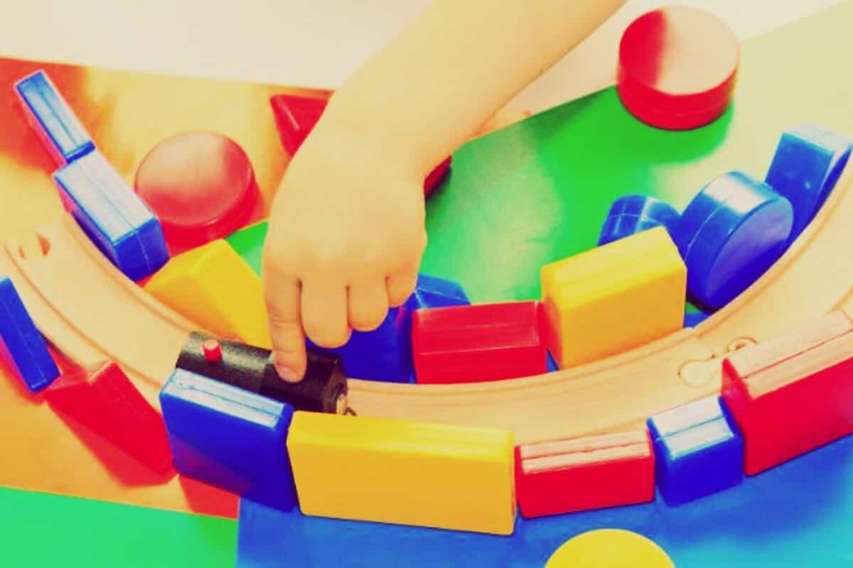 niño jugando tren autismo