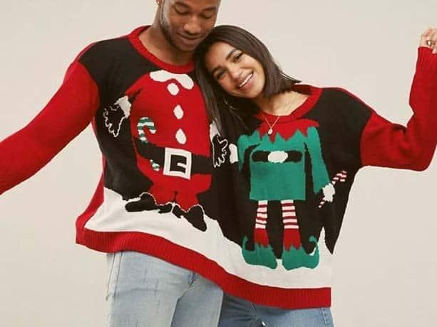 pareja con un jersey de navidad