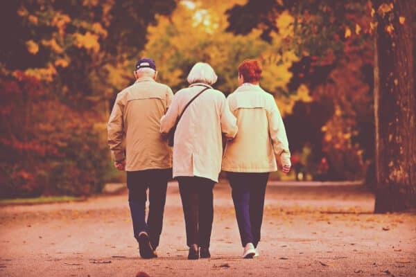 ancianos en las palmas