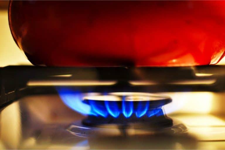 cacerola-roja-en-el-fuego-mientras-este-calienta-la-comida
