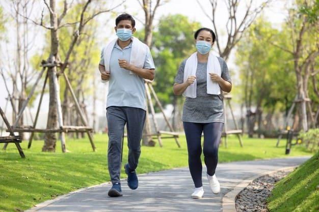 pareja corriendo con mascarilla